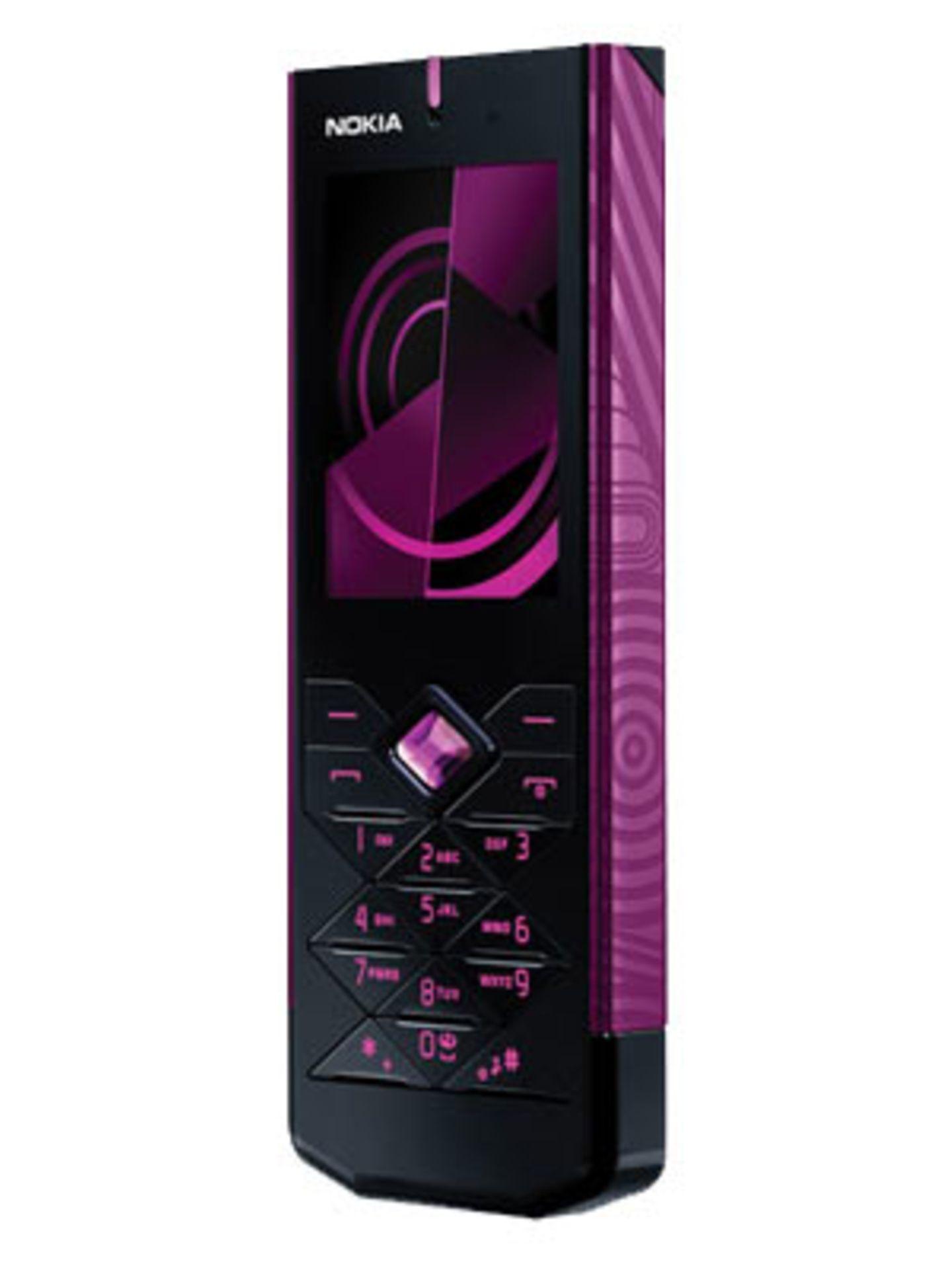 """""""Nokia 7900 Crystal Prism""""    Das Nokia 7900 Crystal Prism überzeugt auf den ersten Blick durch das tolle Design und den funkelnden, kristallförmigen Navigationsknopf. Die 2-Megapixel-Kamera hat einen achtfachen Digitalzoom und Blitzlicht, sodass deinen spontanen Foto- und Videosessions nichts mehr im Wege steht. Tolles Extra: du kannst aus 49 verschiedenen Beleuchtungsfarben wählen und somit deinem Handy einen ganz persönlichen Look verleihen. Ohne Vertrag ab 339 Euro."""