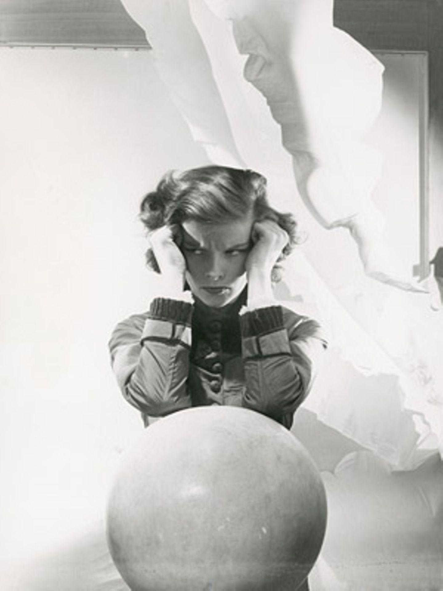 Katherine Hepburn by Cecil Beaton 1935, Vanity Fair, July 1935    Cecil Beaton inszenierte Schauspiel-Ikone Katherine Hepburn als Trotzkopf.