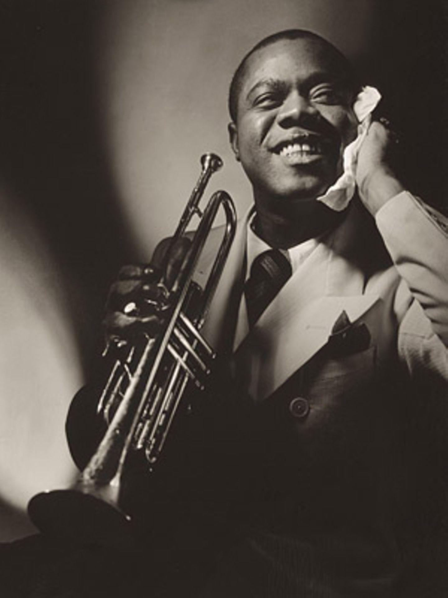 Louis Armstrong by Anton Bruehl 1935, Vanity Fair, November 1935    Der bekannte Jazz-Trompeter Louis Armstrong gönnt sich auf diesem Porträt eine kurze Verschnaufpause.
