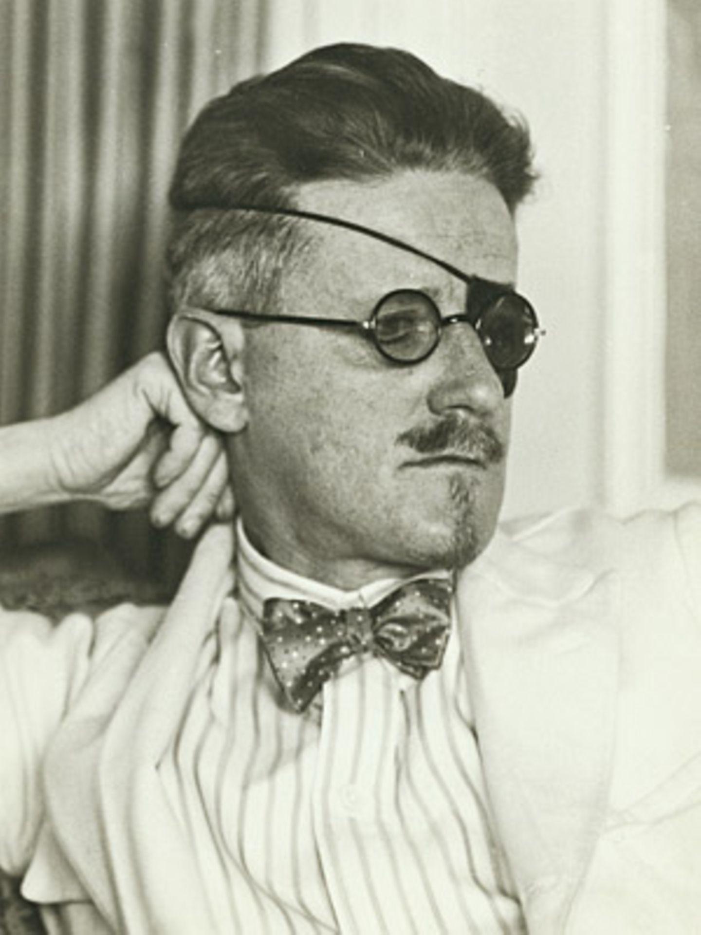 James Joyce by Berenice Abbott 1926 (unpublished)     Ein Pirat? Nein, der berühmte irische Schriftsteller James Joyce mit Augenklappe.