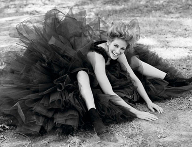 """Julia Roberts, New Orleans, by Herb Ritts 1993, Vanity Fair, October 1993    Modefotograf Herb Ritts porträtierte Julia Roberts drei Jahre nach ihrem Durchbruch als """"Pretty Woman"""" in einem riesigen Tüll-Rock."""