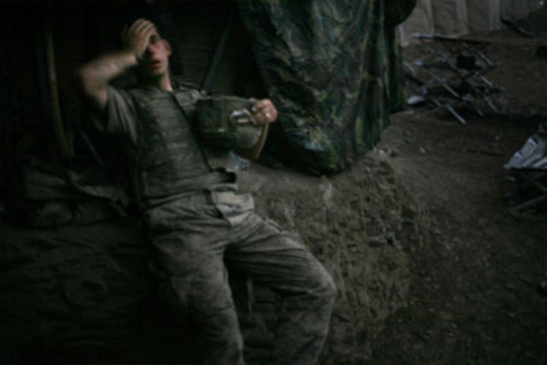 """Zum besten Presse-Foto des Jahres wählte die Jury die Aufnahme des britischen Fotografen Tim Hetherington: Er fotografierte einen amerikanischen Soldaten während einer Feuerpause in Afghanistan. Der Soldat hat sich an einen Bunker gelehnt. Mit der einen Hand bedeckt er sein Auge, mit der anderen Hand hält er seinen Helm. Das Foto entstand am 16. September 2007 beim Einsatz im afghanischen Korengal Valley. """"Das Bild zeigt die Erschöpfung eines Mannes - und die Erschöpfung einer ganzen Nation"""", erklärte der Jury-Vorsitzende Gary Knight."""