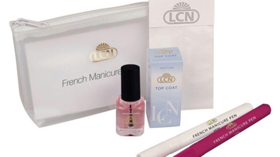 French Manicure Set von LCN     Habt ihr auch schon tausend Mal versucht, euch selber die Nägel im French Maniküre zu lackieren und habt es nicht so richtig hinbekommen? LCN vereinfacht euch diese Prozedur mit dem French Manicure Pen (in den Farben White und Pink, je Stift um 12 Euro). Mit dem Stift und den passenden Schablonen wird das Bemalen der Nagelspitze leicht gemacht und der natürliche French-Look ist euch garantiert.  Außerdem im Set enthalten: der Top-Coat Lack, der den Nagel nach dem Auftragen des Pens versiegelt. Das Set kostet ca. 14 Euro.