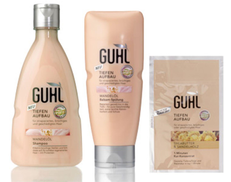 """Wer schön sein will, muss leiden. Das gilt auch für unsere Haare. Denn tägliches Styling mit Hitze und Styling-Produkten kann das Haar strapazieren. Und lange Haare brauchen intensivere Pflege, denn nichts ist schlimmer als ungepflegte Zotteln, die wie Kraut und Rüben entfernt an Deckhaar erinnern. Glattes, geschmeidiges Haar verspricht die neue """"Tiefen Aufbau Pflege"""" von GUHL mit Madelöl und Protein-Komplex. Letzterer erkennt brüchige Stellen in der Haaroberfläche und füllt sie auf. Das Ergebnis: Glattes, geschmeidiges und glänzendes Haar, das mit einem Schutzfilm umhüllt ist, ohne beschwert zu wirken. Unser Liebling: Das 1-Minuten-Kur-Konzentrat (um 2 Euro, reicht für zwei Anwendungen) mit Shea-Butter und Sandelholz. Das Haar ist leicht kämmbar, fühlt sich wunderbar geschmeidig an und riecht toll."""
