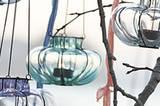 Die kleinen, weich geformten Hängewindlichter aus Glas sind mit einem Metalldraht eingefasst und können an einer Metallkette aufgehängt werden. In verschiedenen Farben bei Impressionen erhältlich. Um 10 Euro.