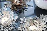 Floraler Kerzenschein    Diese Teelichthalter aus formbarem, gestanztem Metall mit floralem Motiv bringen in den trübsten Tag ein Stück Frühling. Für 9,95 Euro zzgl. Versandkosten zu bestellen unter >> www.impressionen.de