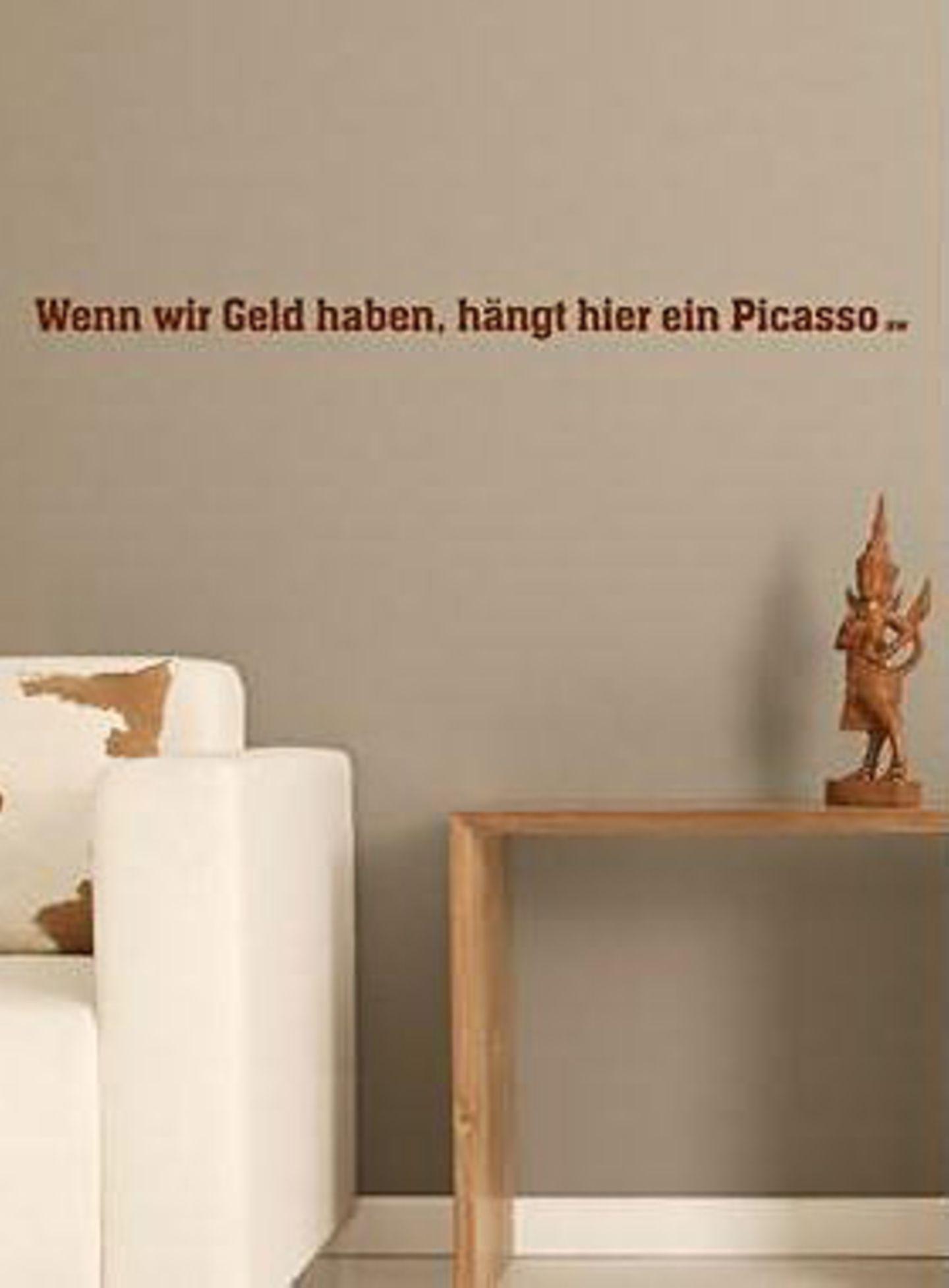 """Lasst Wände sprechen!    Wer keine Lust auf eine trostlose Wohnzimmerwand in seiner Wohnung hat, aber noch nicht das nötige Kleingeld für einen Picasso, kann die Leere derweil mit diesem tollen Schriftzug aus selbstklebenden Buchstaben von anna wand® füllen. """"Wenn wir Geld haben, hängt hier ein Picasso"""" - Das ist doch eine klare Ansage und das Beste: Die Deko lässt sich rückstandsfrei wieder ablösen. Zu bestellen für 59,00 Euro zzgl. Versandkosten unter >>  www.design-3000.de"""
