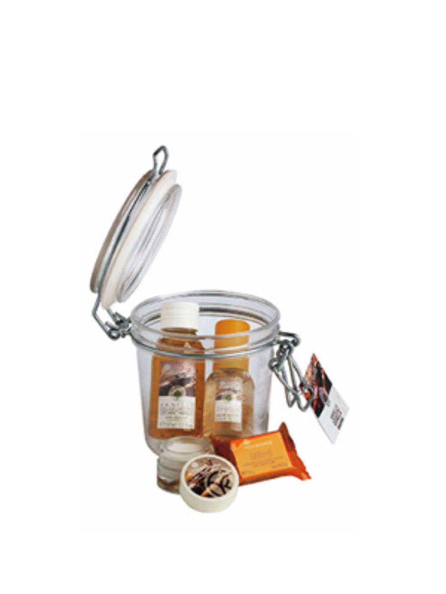 """Geschenkset """"Vanille"""" mit Duschbad, Eau de Toilette, Badewürfel und pflegendem Lippenbalsam von Yves Rocher, um 12 Euro."""