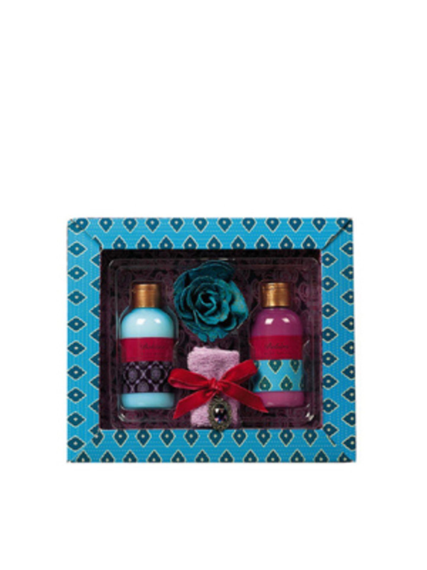 Hübsch verpacktes Wohlfühl-Set bestehend aus Duschgel (150ml) und Body Lotion (150ml) mit orientalisch-blumigem Duft, Badekonfettirose und einem kleinen Handtuch von Gypsy Salon. Um 17 Euro, über Douglas.
