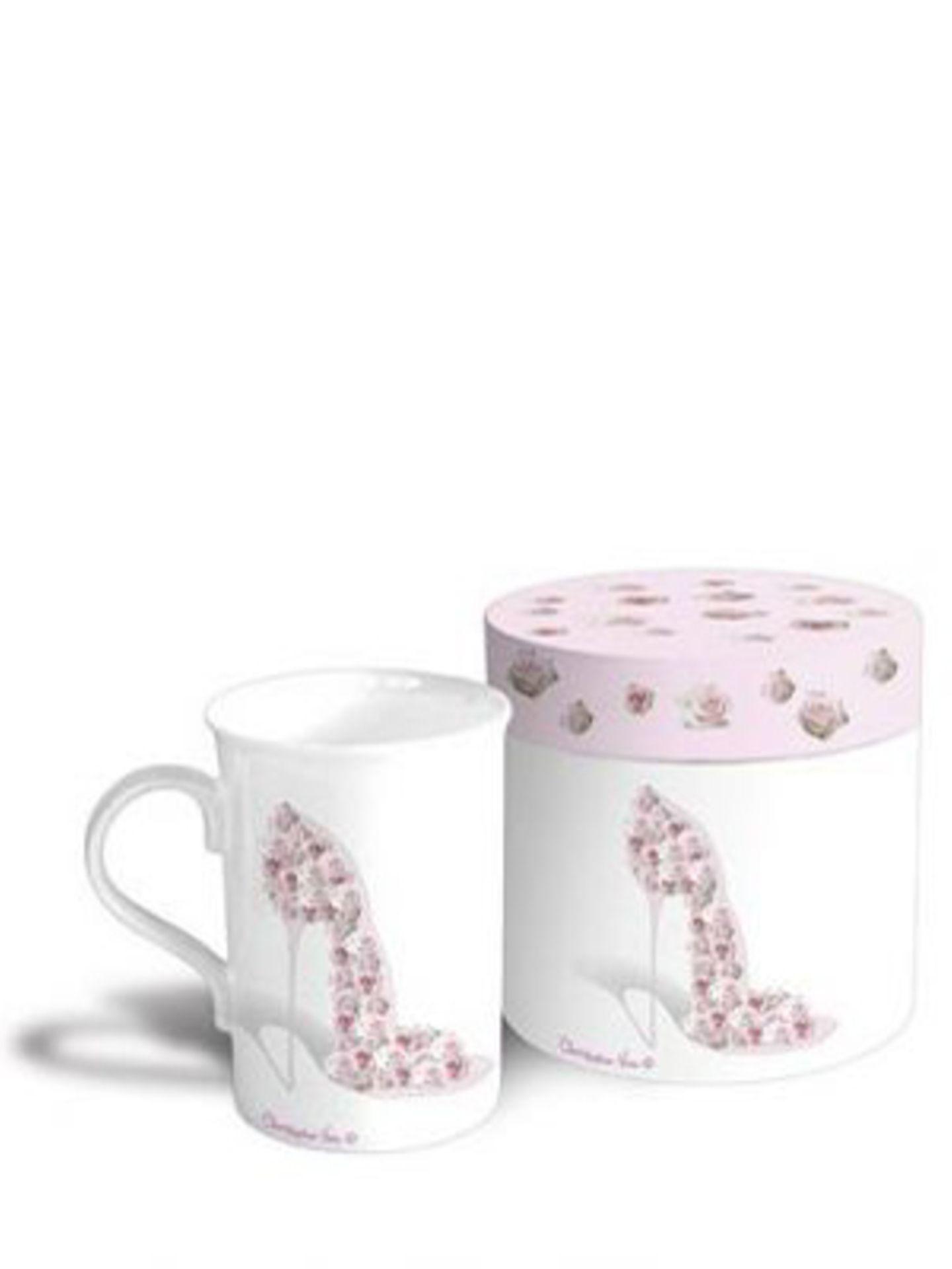 Für alle Schuhsammlerinnen (und das sind doch eigentlich alle Frauen): stylische Kaffeetasse mit Stiletto-Print in schicker Geschenkbox von Feiner Schnickschnack, um 11 Euro.
