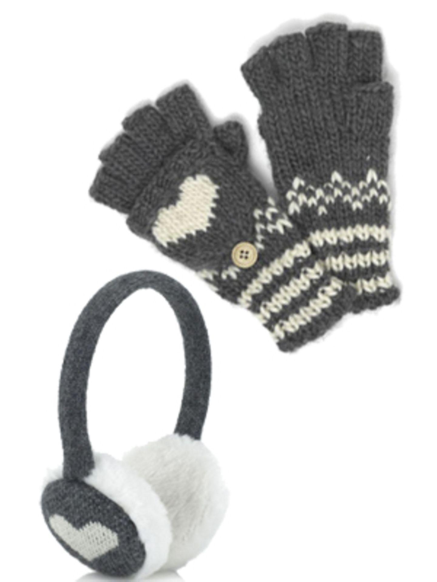 Flauschige Ohrenschützer und Fingerling-Handschuhe mit Herzmotiv von Accessorize. Ohrenschützer um 18 Euro, Handschuhe um 12 Euro.
