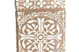 Hübsche Teedose im Antik-Look mit ornamentalem Muster von Impressionen, um 50 Euro.
