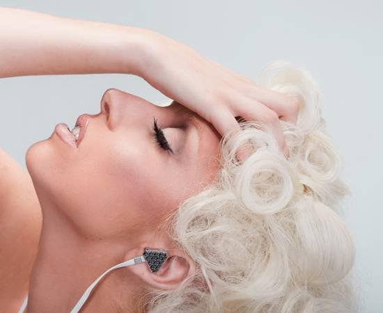 """Gaga-Ohrschmuck    Kopfhörer sind längst nicht nur Kopfhörer. Sie sind ein Fashion-Accessoire, genau wie die Handtasche oder die Schuhe. Das haben auch die Stars erkannt und für die Firma Monster Cable exklusive Designer-Kopfhörer entworfen. Die schicken Kopfhörer gibt's in den Farben Rot, Chrom und Schwarz. Über Monster Cable, ab ca. 99 Euro. Wir finden's """"Gaga""""!"""
