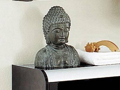 Big Buddha is watching you!    Speziell dieser Gute aus Kunststein, der jedes Badezimmer in einen Wellness-Tempel verwandelt.    Preis: ca. 40 Euro, über  www.otto.de