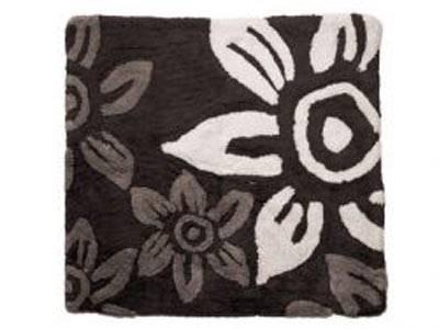 Flauschiges Etwas    Super Blickfang und dazu noch oberflauschig: schwarze Badematte von Present Time mit Blumenprint.    Preis: ca. 35 Euro, über  www.surprise-munich.de