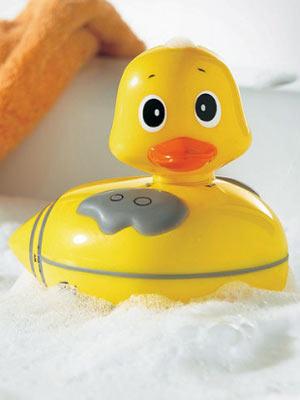 Music Duck    Diese Quietscheente ist äußerst musikalisch! Besser: Sie ist ein schwimmendes Duschradio und macht jedes Badeerlebnis zum Gesangswettbewerb.    Preis: ca. 15 Euro, über  www.otto.de