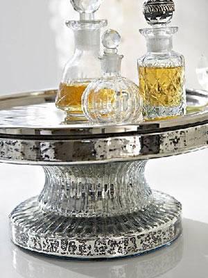 Auf dem Präsentierteller    Dank dieses Glasplateuas kommen all eure Cremes und Parfümfläschchen optimal zur Geltung.     Preis: ca. 50 Euro, über  www.impressionen.de