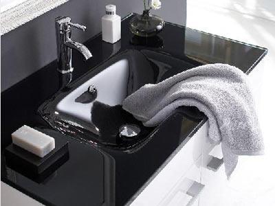 Darfs ein bisschen mehr sein?    Neue Bad-Deko reicht euch nicht, ihr wollt auch ein neues Waschbecken und einen neuen Schrank? Kein Problem! Dieser edle Waschtisch besteht aus einem edlen, schwarzen Glaswaschbecken und einem weißen Unterschrank. Die Armatur wird nicht mit geliefert.     Preis: ca. 569 Euro, über   www.impressionen.de