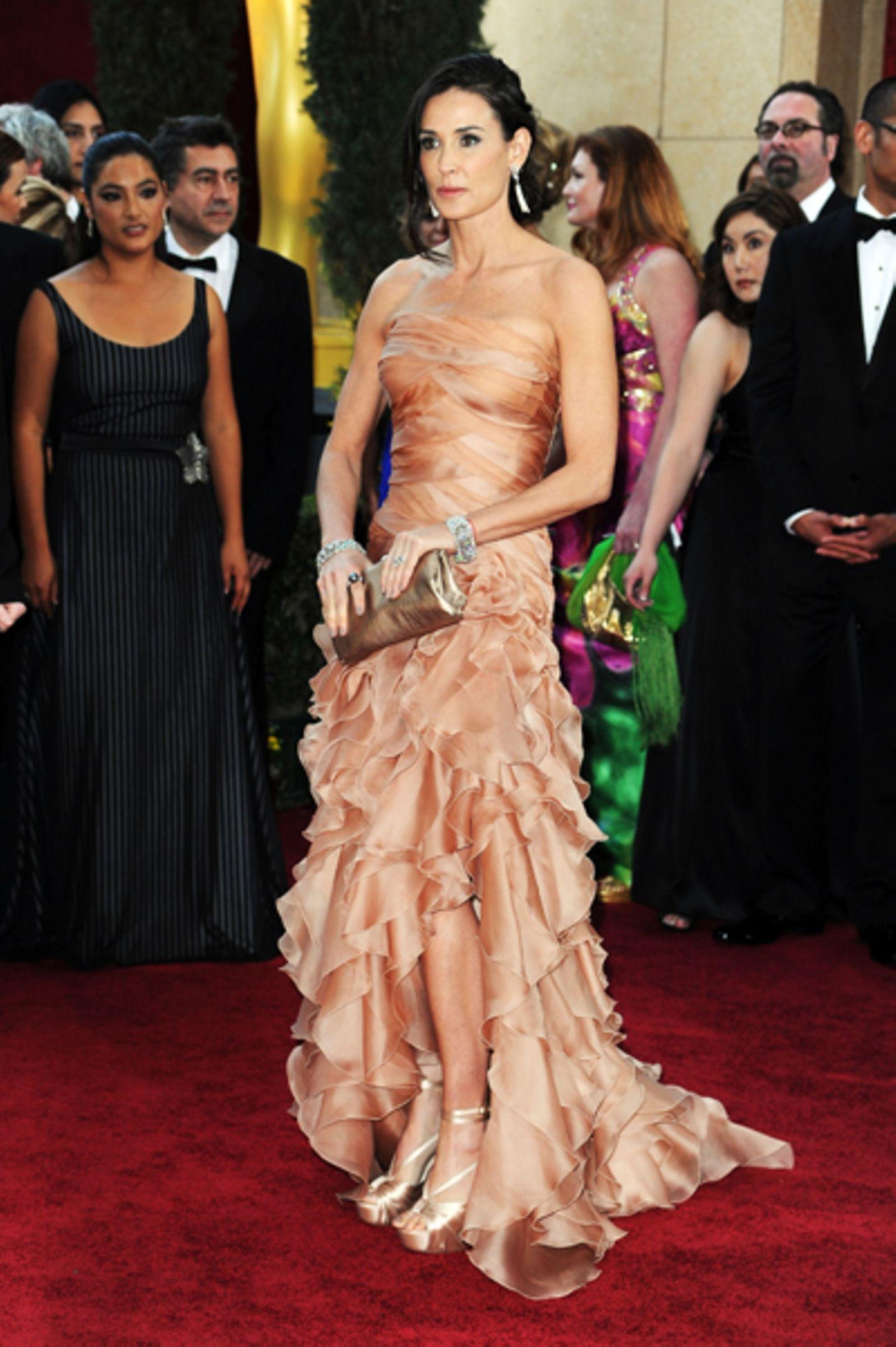Demi Moore  Rank und schlank (und faltenlos) wie eine 20-jährige präsentierte sich Demi Moore in einer nudefarbenen (voll im Trend!) Bustierrobe mit Schnürungen, seitlich geschlitzt und nach unten hin mit großzügigen Rüschen besetzt. Weil das Kleid ansich allerdings schon Bände spricht, hätte sie ruhig auf das ein oder andere Schmuckstück verzichten können (und sich für eine dezentere Clutch entscheiden sollen).