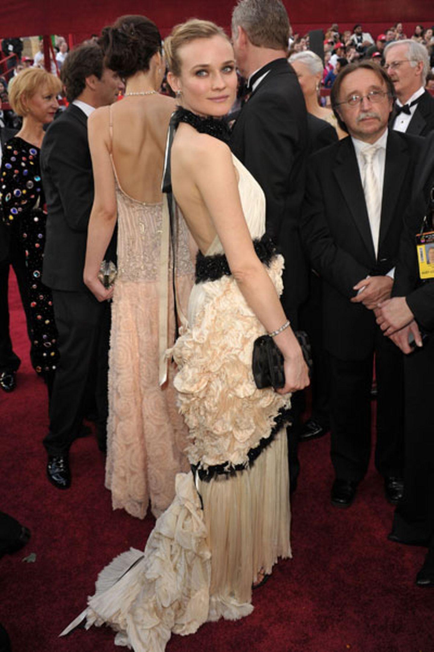 Diane Kruger Die blonde Schauspielerin erschien in einer cremeweißen Robe mit Plisseefalten, schwarzen Borten und jeder Menge Rüschen. Die Farbkombination (und die schwarze Clutch im Arm) sahen toll aus, allerdings passiert auf und an dem Kleid so viel, dass das Outfit insgesamt sehr unruhig wirkte.