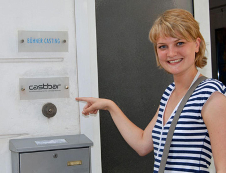 """Miriam möchte gern in die Kartei der Darstellervermittlung aufgenommen werden und stellt sich deshalb heute bei """"Castbar""""-Agentur-Chefin Katja vor."""