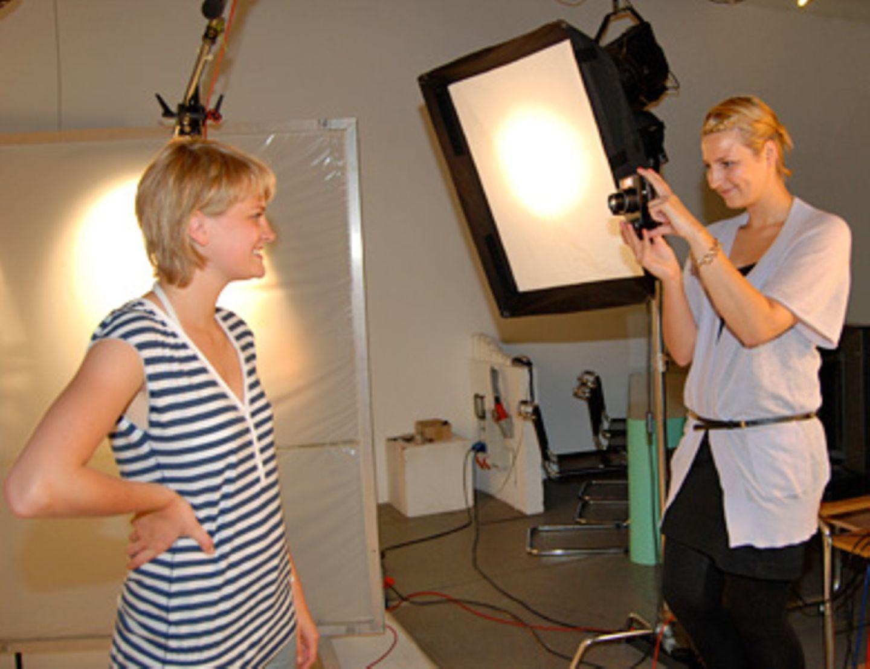 """Ein Stockwerk drüber liegt das Allerheiligste: das Fotostudio. Hier macht Miriam die Fotos für ihre Setcard. Verschiedene Gesichtsausdrücke, einmal im Profil und ein Ganzkörperfoto. Und das war's auch schon. Miriam ist jetzt Mitglied der Darsteller-Kartei der """"Castbar""""."""