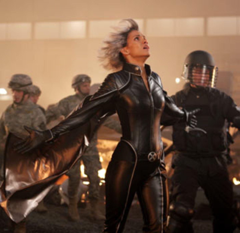 Kann den Himmel zum Kochen bringen: Storm (Halle Berry). Leider bewegt sich in der Luft mehr als in ihrem Gesicht. Warum man das dennoch so oft sieht? Weil sie Oscar-Preisträgerin ist vielleicht?