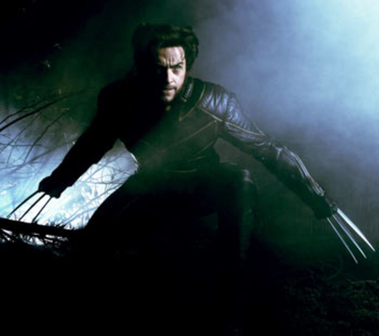 Wolverine (Hugh Jackman), der Mann mit den Krallen. Wer am liebsten wild im Wald wär, ist nicht die erste Wahl für einen Schuldirektorposten. Trotzdem zeigt er in diesem Film Anführerqualitäten. Und von Jackman würde man sich vermutlich auch trotz überlanger metallischer Fingernägel umarmen lassen