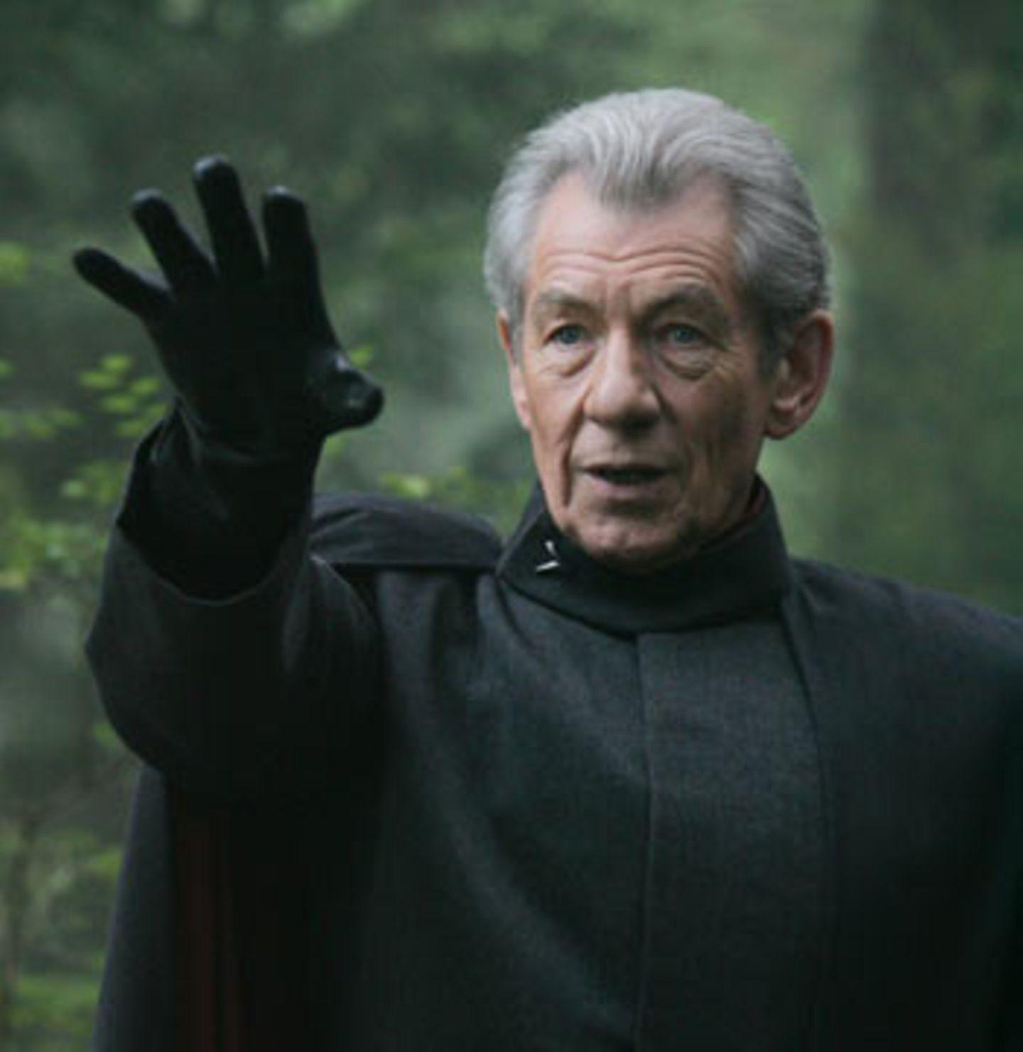 """Der böse Bube: Magneto (Sir Ian McKellen). Er führt die """"Bruderschaft der Mutanten"""" und verachtet Menschen. Erklärter Lieblingscharakter von Regisseur Brett Ratner. Vielleicht wirkt es deshalb so, als ob McKellen an seinen Auftritten im Film am meisten Spaß hat"""