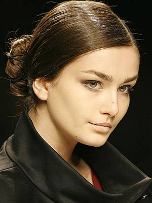 Seitenscheitel kombiniert mit Strenge am Oberkopf und gesteckter Mädchenhaftigkeit am Hinterkopf.