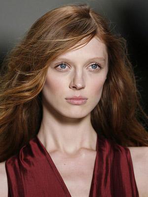 Volumen und Glanz sind die Anzeichen von bis in die Spitzen gesundem Haar. Auch natürliche Rottöne feiern ein kleines Come-Back.