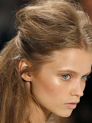 Peter Som schickte seine Models in diesem Jahr mit toupierter Teilsteckfrisur und Mittelscheitel über den Laufsteg.