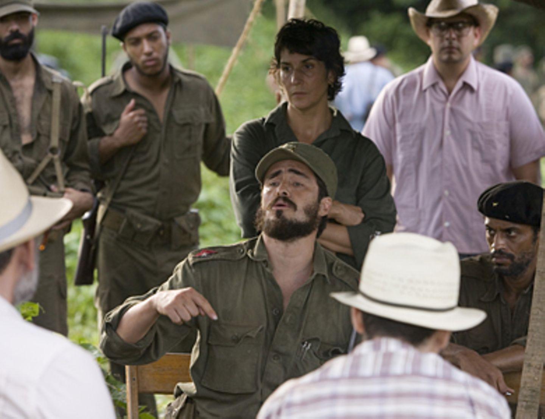 Che - Revolución Fidel Castro (Demián Bichir) will Oberbefehlshaber der gesamten Rebellionsbewegung auf Kuba werden.