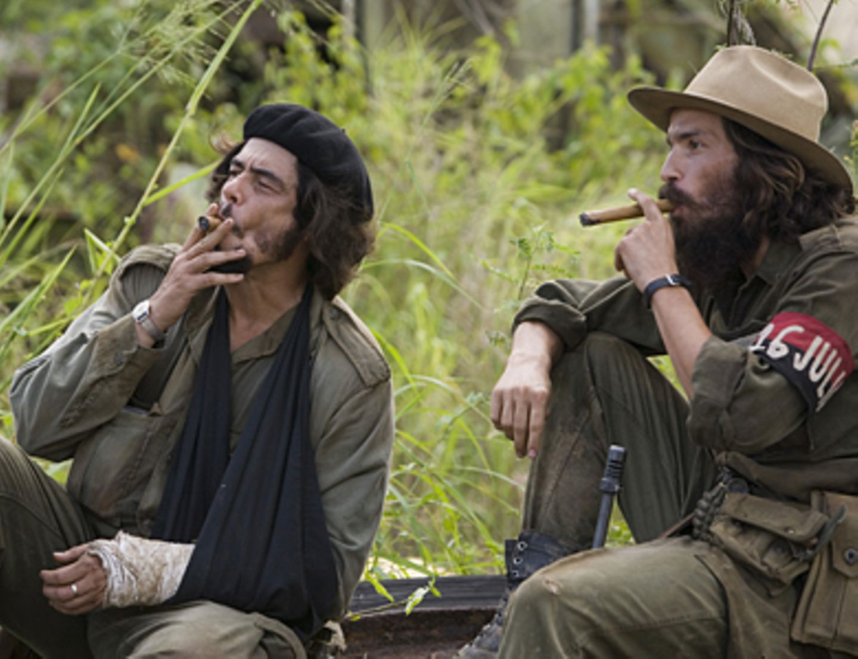 Che - Revolución Kurze Pause im Dschungel: Che (Benicio Del Toro) mit seinem Freund Camillo Cienfuegos (Santiago Cabrera).