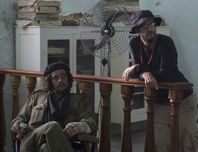 Che - Revolución Benicio Del Toro und Regisseur Steven Soderbergh während einer Drehpause.