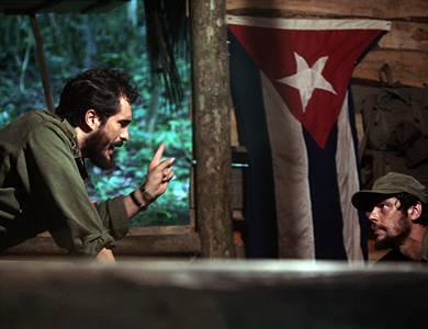 Che - Revolución Die Köpfe der kubabanischen Revolution: Fidel Castro (Demián Bichir) ernennt den Argentinier Ernesto Che Guevara (Benicio del Toro) zum Commandante.