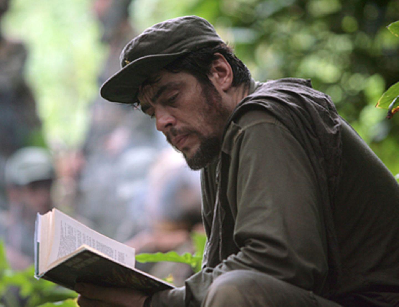 Che - Revolución Bücher sind für Che Guevara (Benicio Del Toro) wichtige Begleiter. Auch seine Mit-Revolutionäre müssen Lesen und Schreiben lernen.
