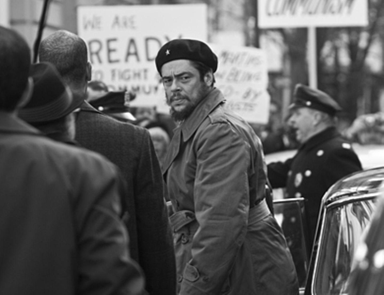 Che - Revolución Che Guevara (Benicio Del Toro) wird bei seiner Ankunft vor dem UN-Gebäude in New York von mit Protesten gegen die kubanische Regierung empfangen.
