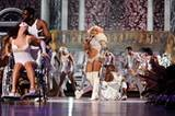 Lady Gagas Bühnenshow wurde direkt aus dem Irrenhaus importiert. Wie viele Outfits hatte die eigentlich an einem Abend an?