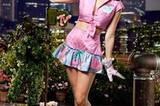 Katy Perry in Pin Up-Pose mit Moonman.