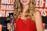 """Taylor Swift mit etwas traurigem Lächeln. Skandal-Rapper Kanye West hatte ihr während der Dankesrede für den Preis """"Best Female Video"""" das Mikro geklaut und Beyoncé als wahre Gewinnerin der Kategorie ernannt."""