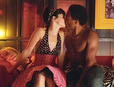 Lulu (Jennifer Decker) ist hin und weg von Jimi (Ray Fearon).