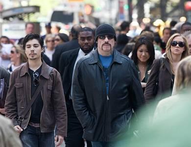 Ryder (John Travolta, m.) auf dem Weg zur U-Bahn.