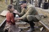 """TV-Tipp: """"Kinder des Sturms""""     Der Zug ist weg, nur ein kleines Mädchen sitzt noch da: Maria (Magali Greif) wurde von der Menge abgedrängt. Als einzige ihrer Familie hat sie es nicht in den Zug geschafft und ist ganz allein übriggeblieben, angewiesen darauf, dass die Soldaten ihr helfen."""