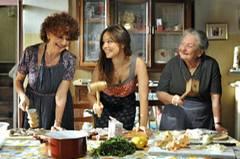 Kino-Tipp: Maria, ihm schmeckt's nicht!    Kochen ist Frauensache in Italien: Maria, Antonios jüngere Schwester (Ludovica Modugno, links), Sara (Mina Tander, Mitte), Nonna Anna (Lucia Guzzardi, rechts)