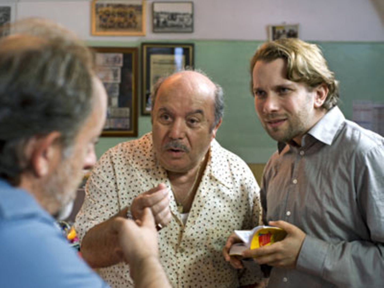 Kino-Tipp: Maria, ihm schmeckt's nicht!    Jan (Christian Weiler) versucht, die italienische Konversation zwischen Antonios älterem Bruder Raffaele (Paolo de Vita) und seinem Schwiegervater (Lino Banfi) zu verstehen.