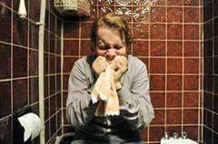 Kino-Tipp: Maria, ihm schmeckt's nicht!    Jan (Christian Ulmen) reagiert sich auf der Toilette ab.