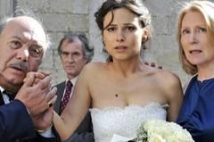 Kino-Tipp: Maria, ihm schmeckt's nicht!    Sara und ihre Eltern warten vor der Kirche auf den Bräutigam (von links: Lino Banfi, Peter Prager, Mina Tander, Maren Kroymann).