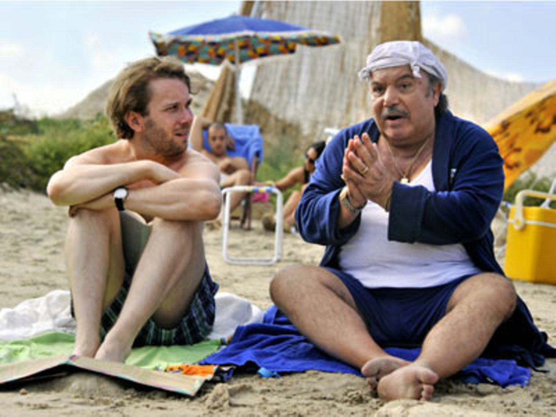 Kino-Tipp: Maria, ihm schmeckt's nicht!    Jan (Christian Ulmen) und sein Schwiegervater Antonio (Lino Banfi) unterhalten sich von Mann zu Mann am Strand.