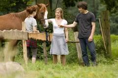 Kino-Tipp: Summertime Blues Landleben pur: Louie (Zoe Moore, links) führt Alex (François Goeske) und Faye (Sarah Beck) in ihre Welt ein.